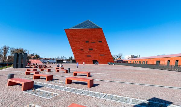 Muzeum II Wojny Światowej kolorem elewacji nawiązuje do czerwonej cegły.