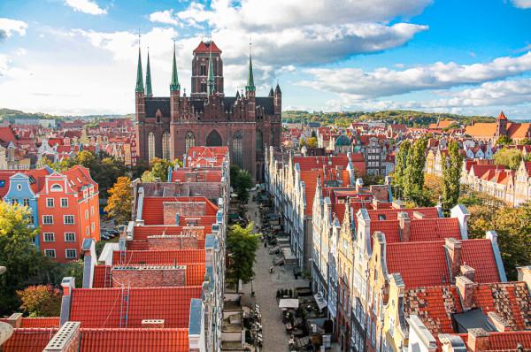Odbudowa Głównego Miasta pozwoliła zachować tożsamość tej części miasta, choć zdecydowana większość budynków jedynie udaje przedwojenne kamienice.
