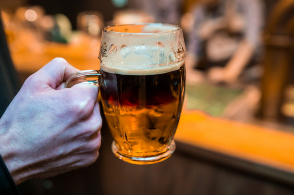 Spragnieni spotkań towarzyskich, chętnie wychodzimy ze znajomymi na piwo.