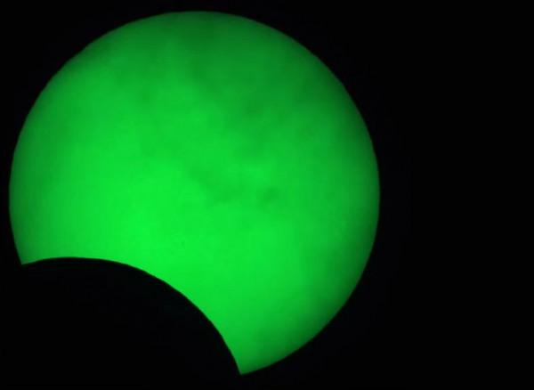 Zaćmienie Słońca widziane przez teleskop astronomiczny, zaprezentowane podczas relacji przygotowanej przez Hevelianum. Ujęcie z godziny 12:50.