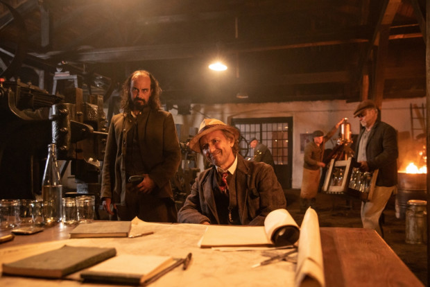W filmie Macieja Bochniaka zaskakujące zwroty akcji przeplatają się z ogranymi schematami. Błyskotliwy humor często wypiera prymitywny dowcip. Nierówne są zarówno aktorskie kreacje, jak i fabularne zagrywki stosowane przez twórców filmu.