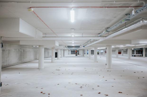 W podziemnym parkingu pod pl. Dworcowym w Chyloni trwają prace wykończeniowe.
