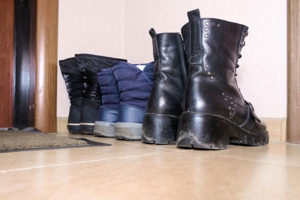 Zdejmowanie butów w gościach dla większości osób jest czymś naturalnym. Jednak czy przy każdej okazji powinniśmy zostawiać obuwie?