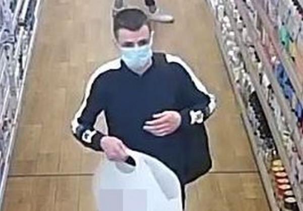 Mężczyzna poszukiwany w związku z kradzieżą perfum.