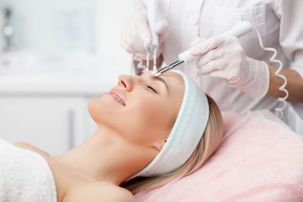 Skóra latem narażona jest na działanie promieni słonecznych. Z tego względu nie wszystkie zabiegi kosmetyczne można wykonywać w trakcie tej pory roku.