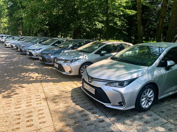 Tylko na parkingu w Jelitkowie nasz reporter naliczył 13 flotowych pojazdów.