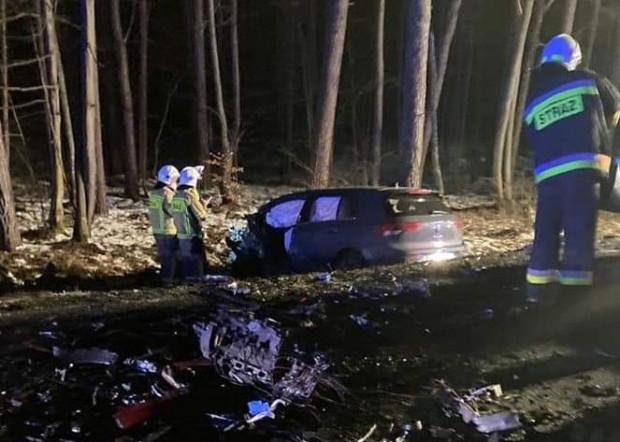 Miejsce wypadku, w którym zginął Piotr Świąc. Oba samochody zostały doszczętnie zniszczone. 23-latek poruszał się z dużą prędkością.