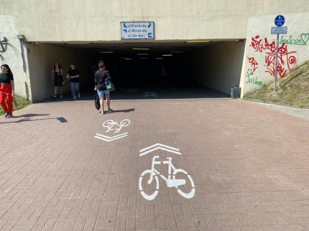 Nowe znaki mają zapewnić w tunelu bezpieczeństwo pieszym i rowerzystom.