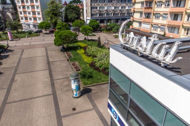 Bezimienny dotąd plac przed Cristalem we Wrzeszczu od lutego nosi nazwę placu Czerwonych Gitar.