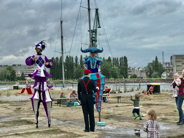 Kolorowe stroje artystów oczarowały dzieci.