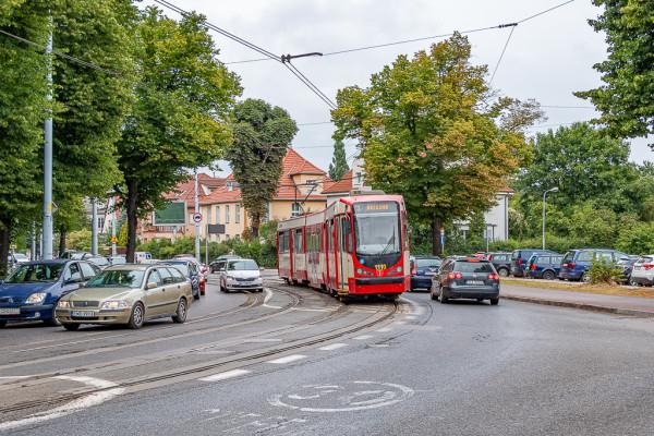 Aleja Hallera przy Operze Bałtyckiej to nie tylko fatalny stan torowiska, zrywana sieć trakcyjna, ale też tramwaje często blokowane przez auta osobowe.