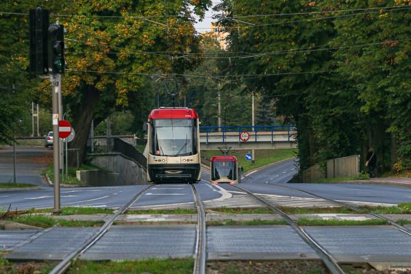 Przejazd pod torami w ciągu ul. Pomorskiej. Po stronie Żabianki tramwaje tracą nawet kilka minut, by zjechać ze środka jezdni.