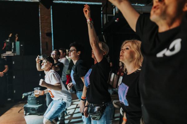 Organizatorzy, zgodnie z rządowymi dyrektywami, przygotowali dla uczestników imprezy krzesełka. Takiej muzyki nie słucha się jednak na siedząco, dlatego wraz z pierwszymi dźwiękami zagranymi przez Lady Pank publiczność podniosła się z miejsc.