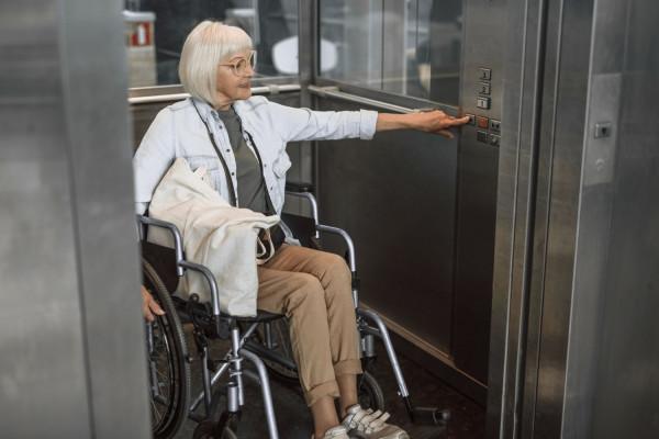 Przyciski w windzie umieszczone na odpowiedniej wysokości, wygodny kształt poręczy, szerokość drzwi i mechanizm ich składania dopasowany do wózka to tylko kilka szczegółów, które należy uwzględniać w tzw. projekcie uniwersalnym, czyli spełniającym wymagania i potrzeby każdej grupy społecznej.