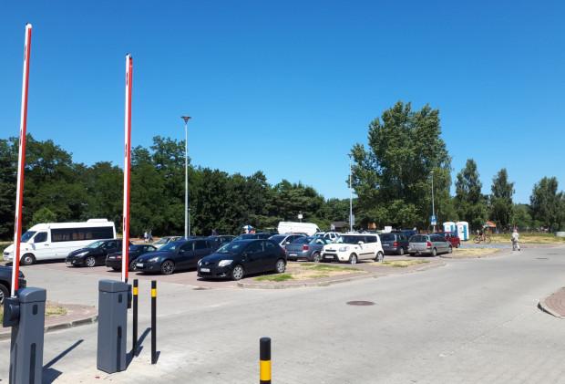 Miejskie parkingi nadmorskie na razie są darmowe. Płatne parkowanie ruszy w ostatni weekend czerwca. Zdjęcie z ubiegłego roku.