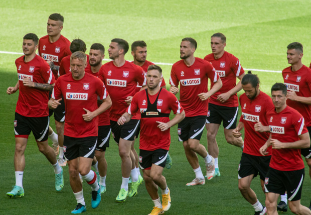 Reprezentacja Polski na trzy dni przed meczem ze Słowacją rozpoczęła bezpośrednie przygotowania do tego rywala. Maciej Rybus (na zdjęciu na środku) przyznaje, że jest jeszcze wiele niewiadomych.