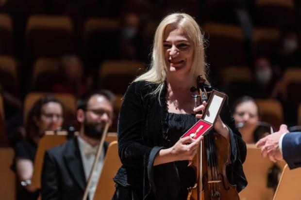 """Natalia Walewska - koncertmistrz Orkiestry PFB, otrzymała podczas niedzielnego wydarzenia odznakę """"Zasłużony dla Kultury Polskiej""""."""