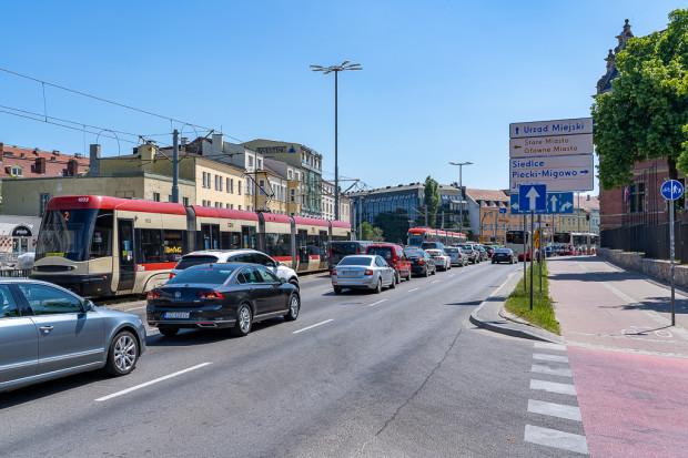 Tramwaje oczekujące na przejazd przez Hucisko to jedna z największych bolączek układu sieci tramwajowej w Gdańsku.