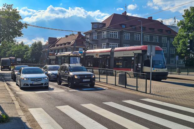 Przystanek Wojska Polskiego. Z lewej widać tramwaj oczekujący na wjazd na przystanek w stronę al. Grunwaldzkiej.