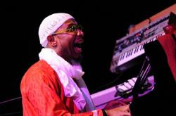 Omar Sosa przypominał raczej lidera wędrownej trupy teatralnej, niż szamana. Muzyka jego kwintetu to esencja afrykańskiej radości z muzyki.