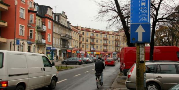 Od kilku dni rowerzyści mogą legalnie jeździć buspasem w ciągu ul. Dmowskiego we Wrzeszczu.