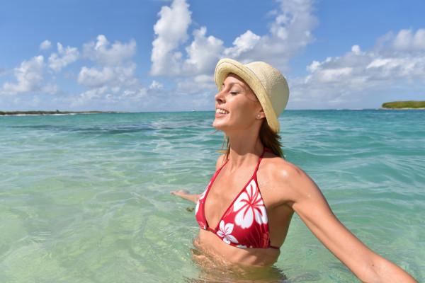 Już po 20 minutach w wodzie każdy wodoodporny kosmetyk traci 50% swoich właściwości ochronnych. Po każdej kąpieli należy ponownie zaaplikować na ciało preparat ochronny.