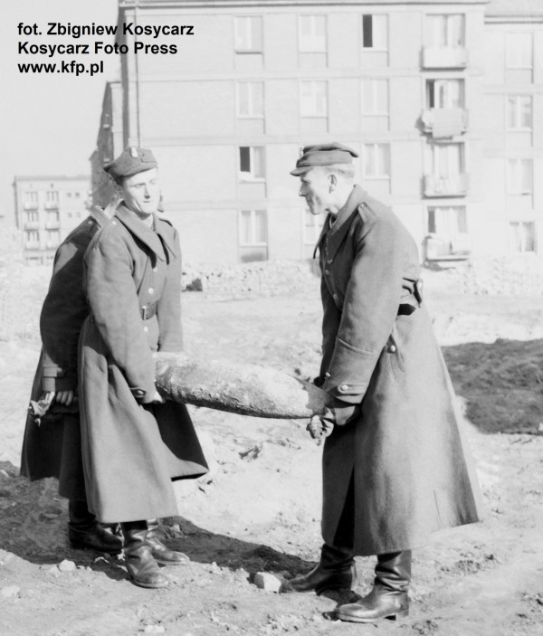 Saperzy z niewypałem znalezionym przy ul. Korzennej w Gdańsku, rok 1962.