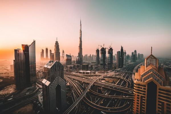SentiOne, gdańska firma wspierająca marki w automatyzacji obsługi klienta z wykorzystaniem AI, wchodzi na rynek MENA, czyli Bliskiego Wschodu i Północnej Afryki, na zaproszenie funduszu inwestycyjnego Seed Group. Na zdjęciu panorama Dubaju.