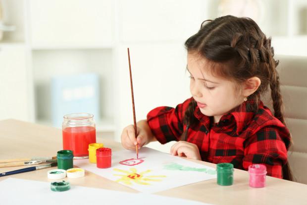 Wiele firm oferuje warsztaty i zajęcia o charakterze artystycznym, w tym malarskim.