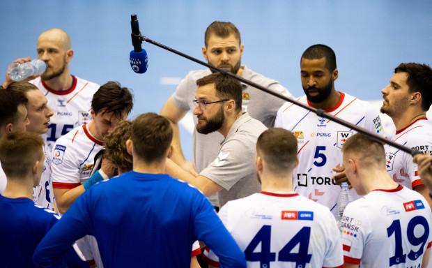 Mariusz Jurkiewicz (w środku) ma pozostać trenerem Torus Wybrzeże Gdańsk przez kolejne trzy sezony.