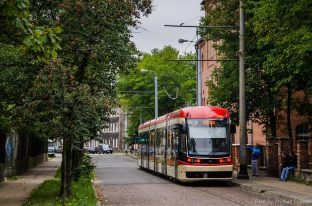 Wieloletnia obecność tramwajów na wąskich ulicach i w otoczeniu dawnych budynków Nowego Portu nie wywołuje żadnych krytycznych głosów ze strony mieszkańców.