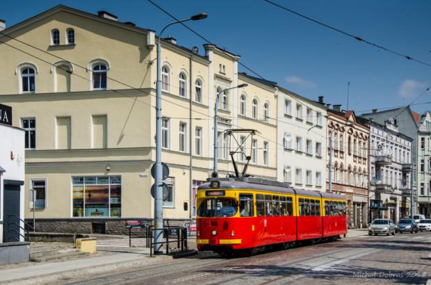 Ulica Wybickiego w Grudziądzu. Ruch tramwajowy nie wpływa tu na stabilność budynków równie wiekowych, jak te na ul. Bohaterów Getta Warszawskiego w Gdańsku.