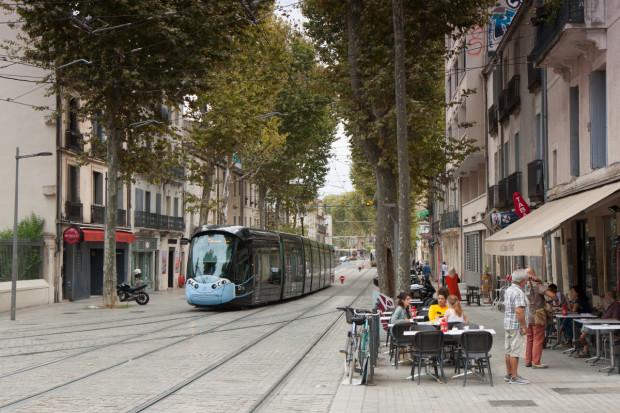 Tramwaj we francuskim Montpellier porusza się wąskimi uliczkami centrum miasta.