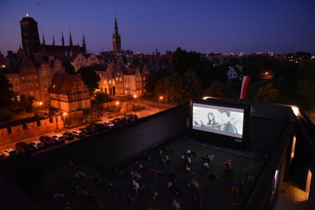 """Kino na Szekspirowskim już po raz szósty zagości w Gdańsku. Tym razem dla widzów przygotowano rekordowe 33 seanse. Pierwszy z nich w środę, 16 czerwca, o 21:45 (""""Palm Springs"""")."""