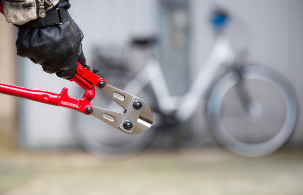 Zabezpieczając rower przed kradzieżą, warto pomyśleć nie tylko o dobrym zapięciu, ale również oznakowaniu go. Zdjęcie poglądowe.