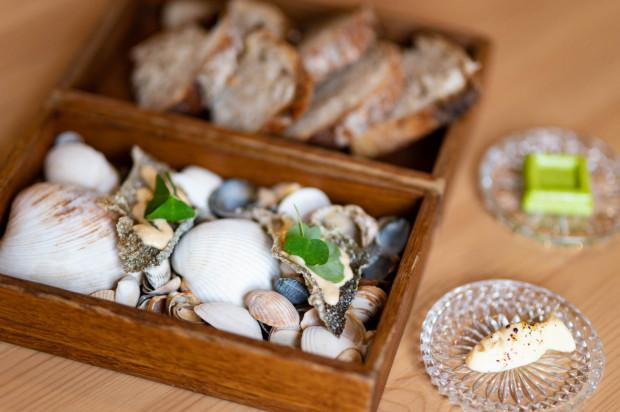 Chrupki ze skóry pstrąga podane z majonezem, wypiekanym na miejscu chlebem i masłem w dwóch smakach w Fisherman - finest food & wine.