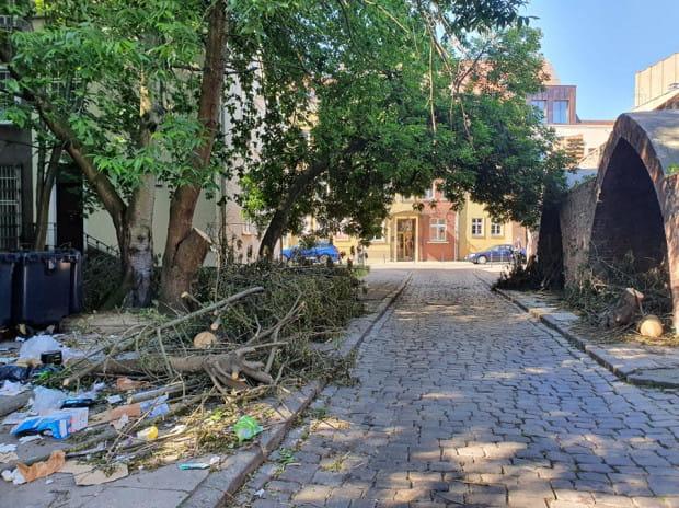Ul. Latarniana i róg ul. św. Ducha w centrum Gdańska wyglądały tak od blisko dwóch tygodni. Po naszej interwencji teren posprzątano 16 czerwca.