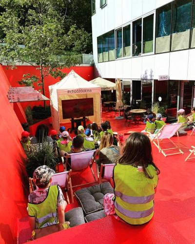 """""""Lato na patio"""" to wakacyjny program filmowych atrakcji, z których za darmo można korzystać na dziedzińcu GCF."""