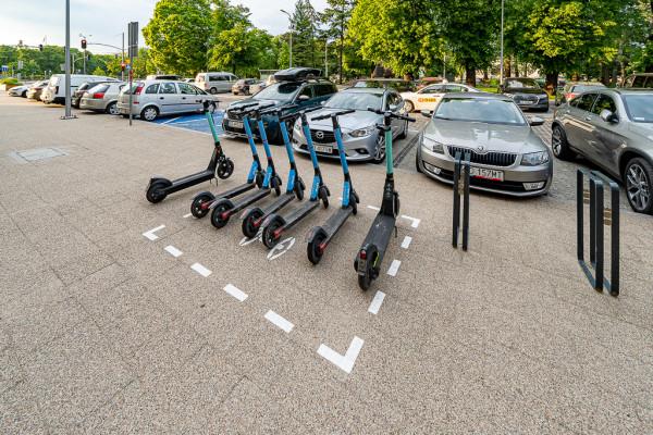 Obecnie tylko trzech operatorów premiuje użytkowników za pozostawienie hulajnóg w miejscach do tego wyznaczonych. W takich miejscach powinny być parkowane także prywatne urządzenia.