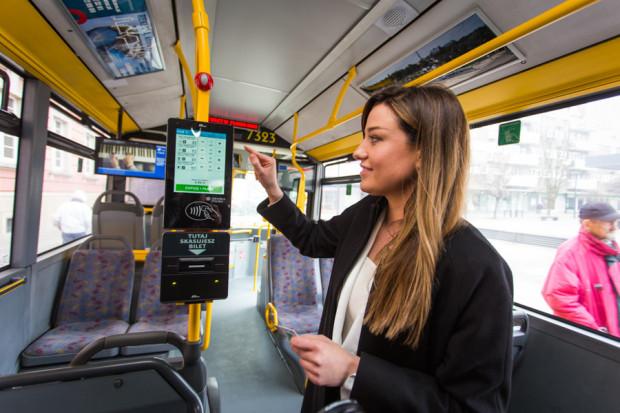 W przyszłym roku w 1 tys. pojazdów komunikacji miejskiej na całym Pomorzu oraz na kolejowych przystankach pojawią się walidatory służące do odbijania karty podczas wsiadania i wysiadania z pojazdów.