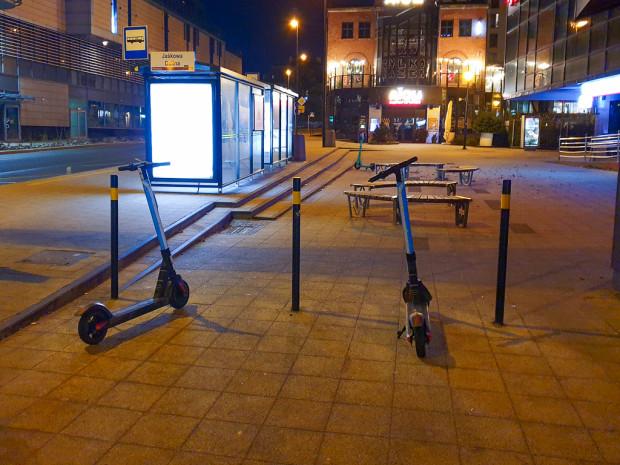 Hulajnogi pozostawione na środku chodnika we Wrzeszczu.