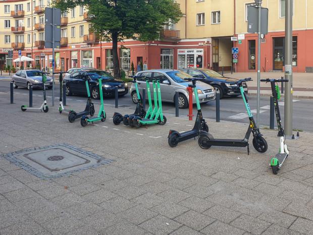 Parking rowerowy w Gdańsku. Pozostawienie hulajnogi w miejscu niewyznaczonym będzie mogło wiązać się z naliczeniem kary w wysokości 123 zł za pojazd oraz 15 zł za każdą dobę przechowania.