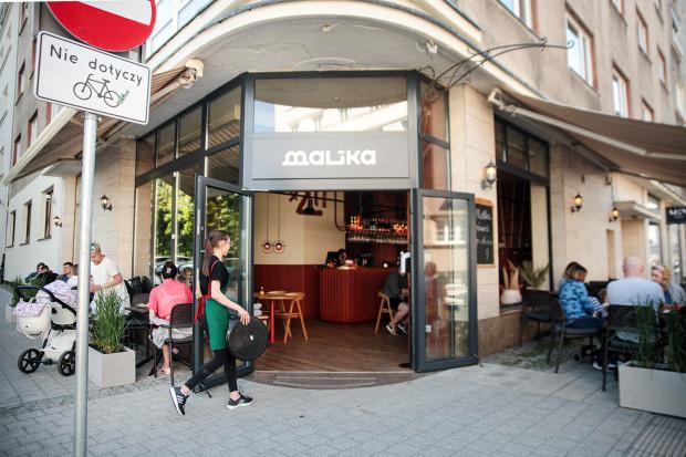 Restauracja Malika przeniosła się z ulicy Świętojańskiej na ul. Armii Krajowej w Gdyni, tuż obok Gdyńskiego Centrum Filmowego.
