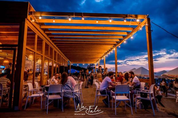 Smaczne jedzenie, miejsce do wypoczynku i muzyka do rana - to znaki rozpoznawcze Na Fali Beach Baru w Gdańsku.