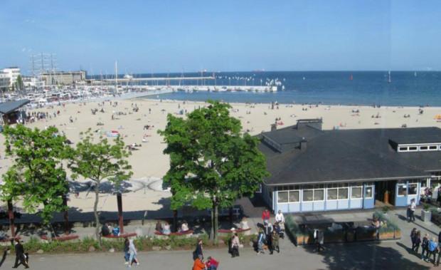 Szanty, obiad, deser z kawą, a to wszystko w otoczeniu gdyńskiej plaży - to przepis na miłe popołudnie w Contrast Cafe.