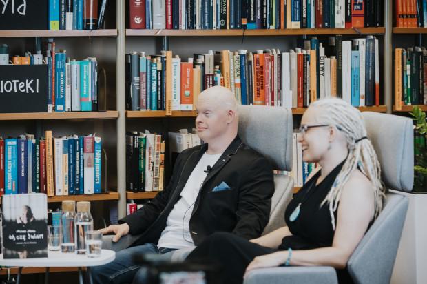 """Michał Milka i Dorota Bielska byli gośćmi spotkania promocyjnego wokół ich książki """"Łączę światy""""."""