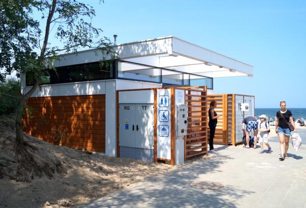 Przy plażach można skorzystać z nowoczesnych toalet. Jest jednak problem, gdy nie mamy przy sobie gotówki.