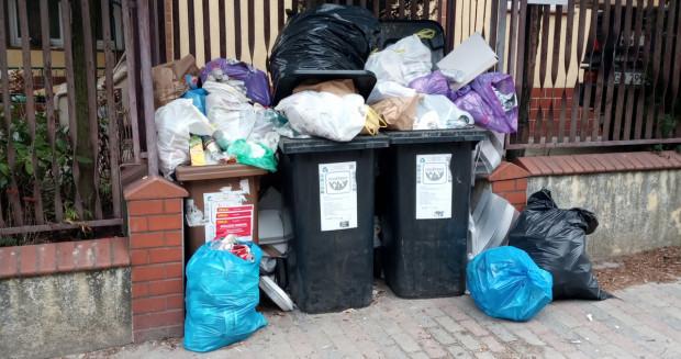 Niektórzy mieszkańcy twierdzą, że śmieci każdy może podrzucić, a to oni ponoszą konsekwencje rzekomego braku segregacji.