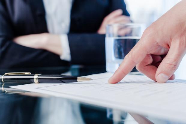 Minimalna suma ubezpieczeniowa w przypadku pośredników nieruchomości wynosi 25 tys. euro, jednak bardzo często pośrednicy lub agencje nieruchomości decydują się na wybór bardziej rozbudowanych polis.