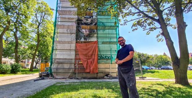 Malarz Jarosław Malicki: - Bardzo szanowałem Pawła Adamowicza, dlatego mural z jego wizerunkiem wykonuję za darmo.
